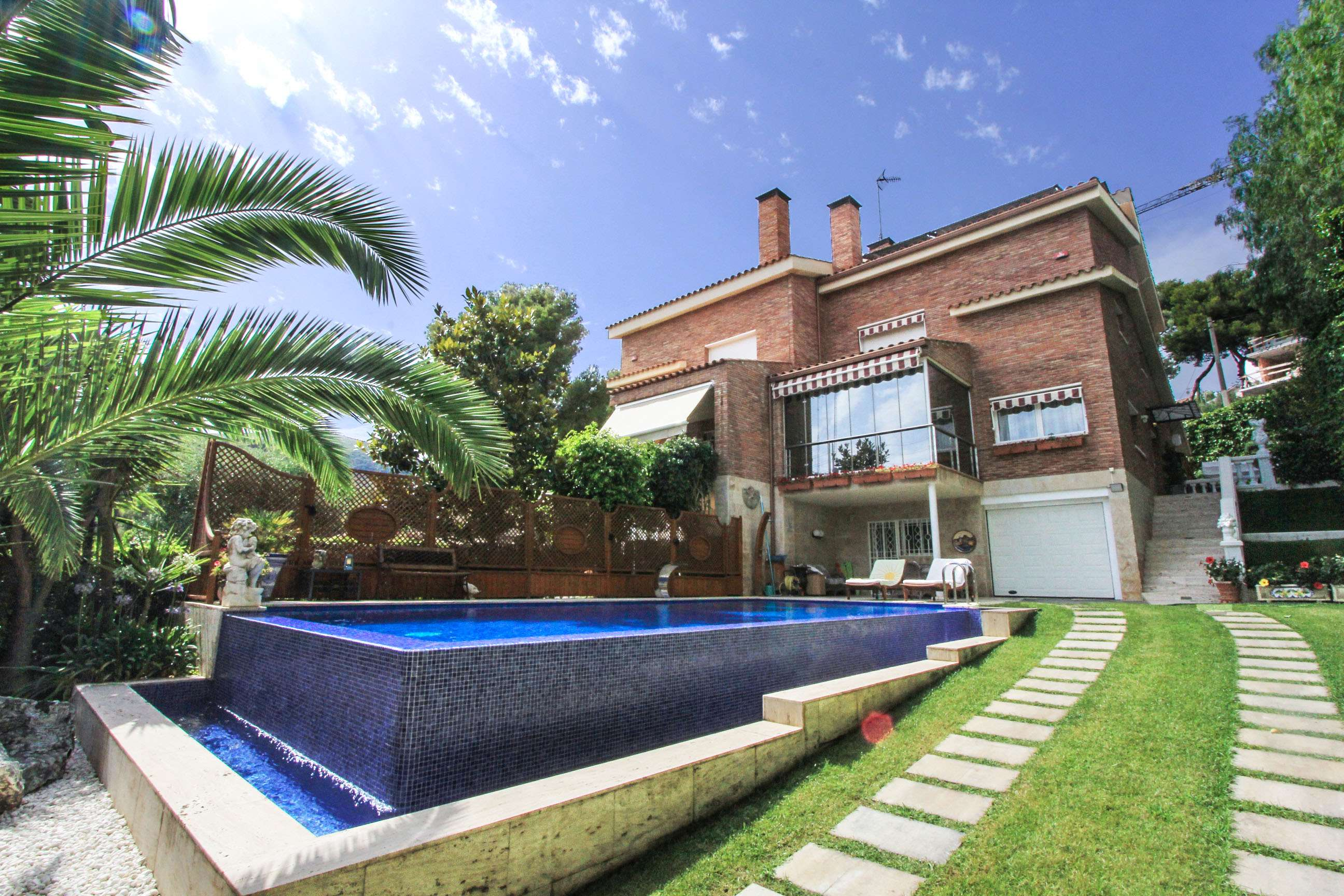 Detached house with pool in Castelldefels